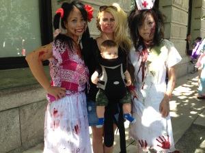 Zombie Walk de Vancouver del año pasado. Este año ya no lo voy a llevar porque creo que ahora si va a estar muy macabro para él. El año pasado se ataca de la risa de ver los zombies.